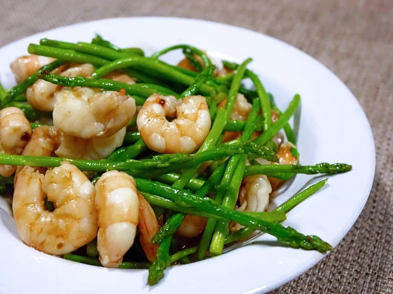 Asparagus and prawns