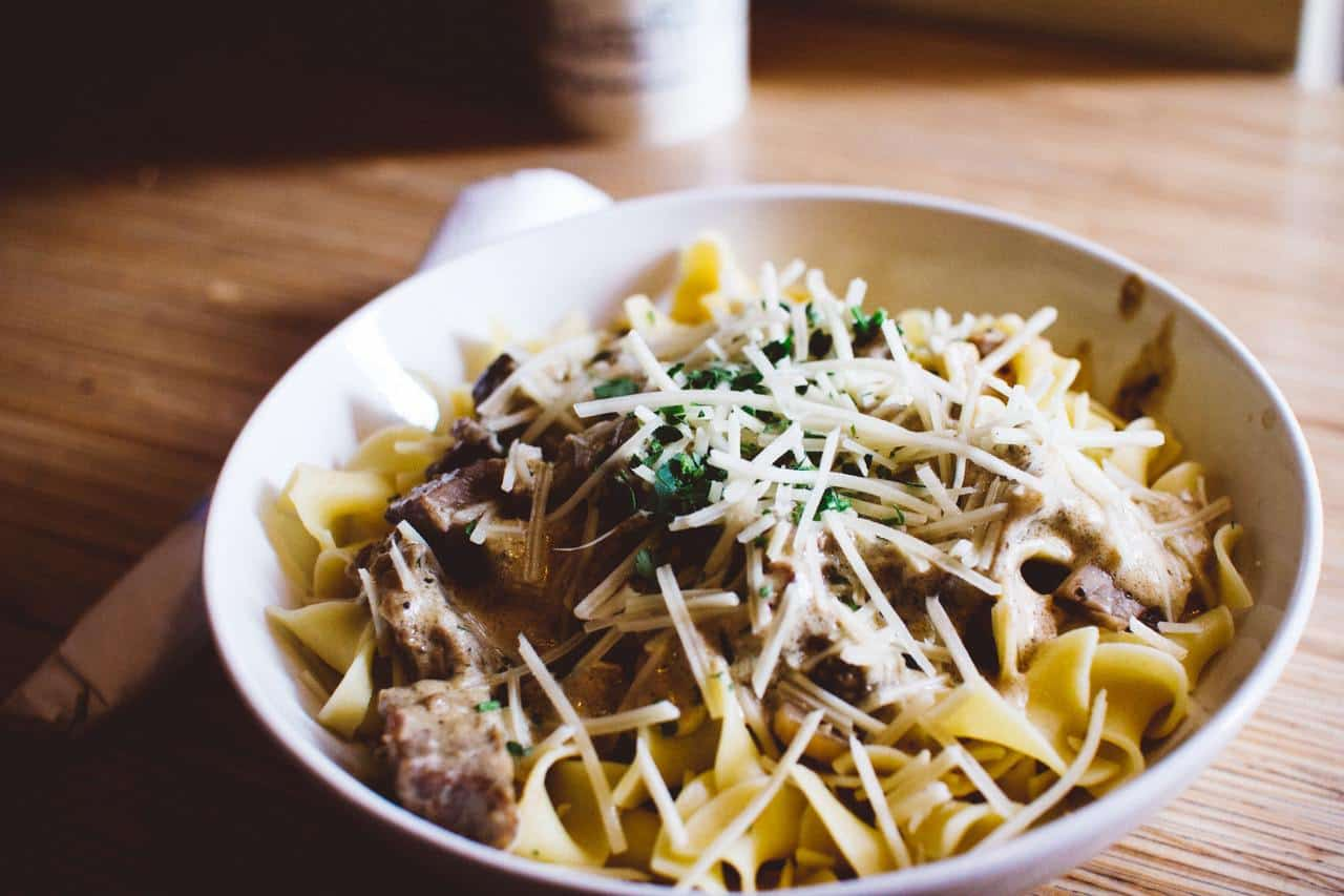 Sour cream in pasta with beef